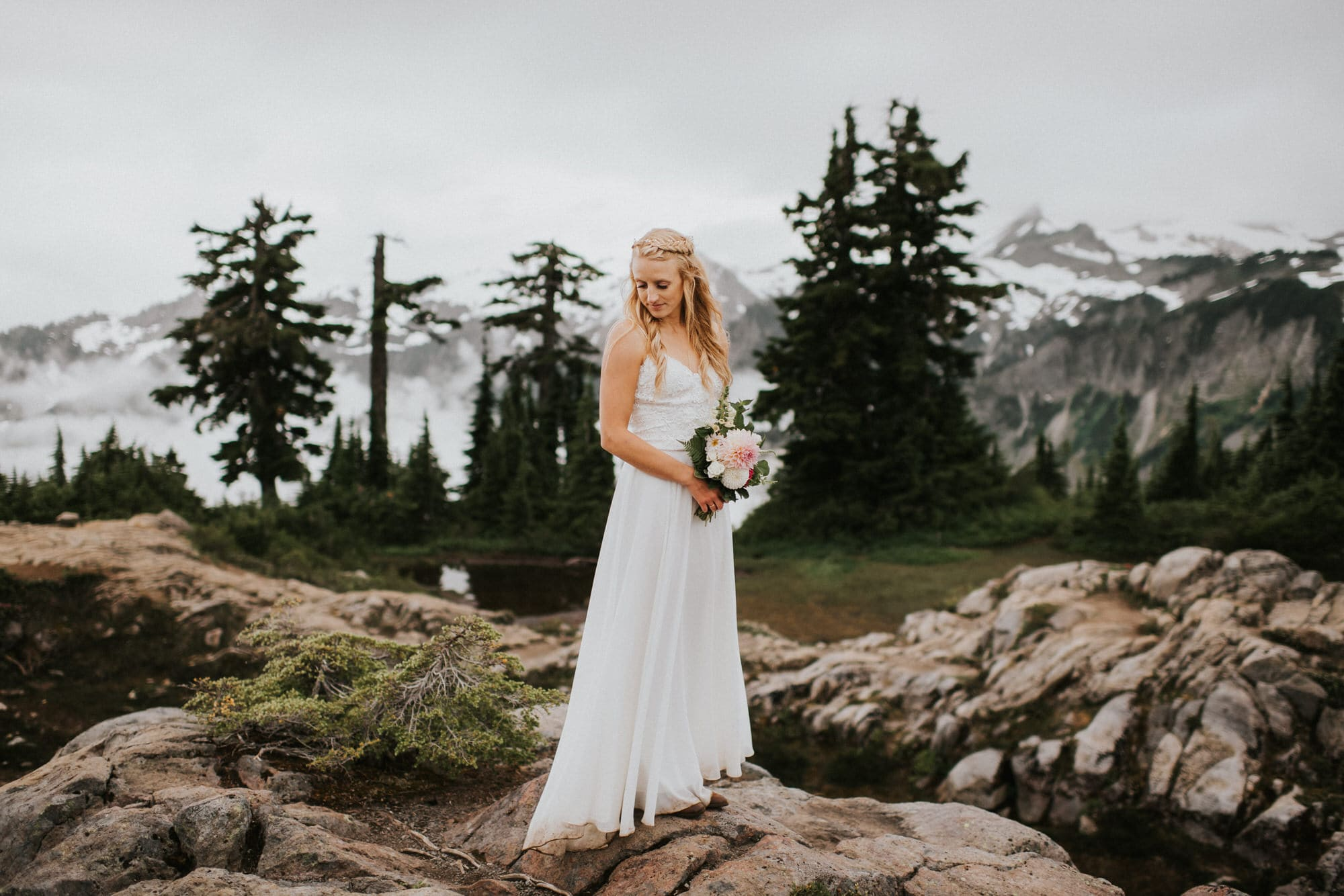 photo of bride and bouquet at artist point